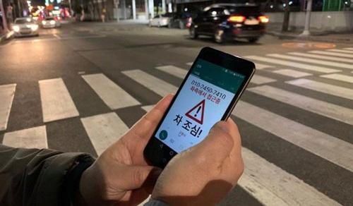 """Đối phó """"xác sống điện thoại thông minh"""" trên đường"""