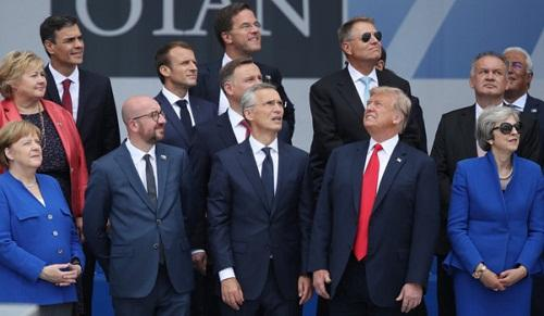 """Bức ảnh gây """"sốt"""" cho thấy rõ tình trạng chia rẽ trong NATO"""